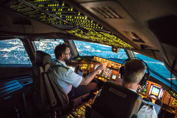 flightdeck weergave - luchtvaartindustrie stockfoto's en -beelden
