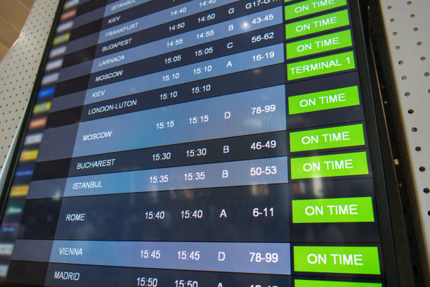 flüge, anreise und abreise auf informationstafel - last minute urlaub deutschland stock-fotos und bilder
