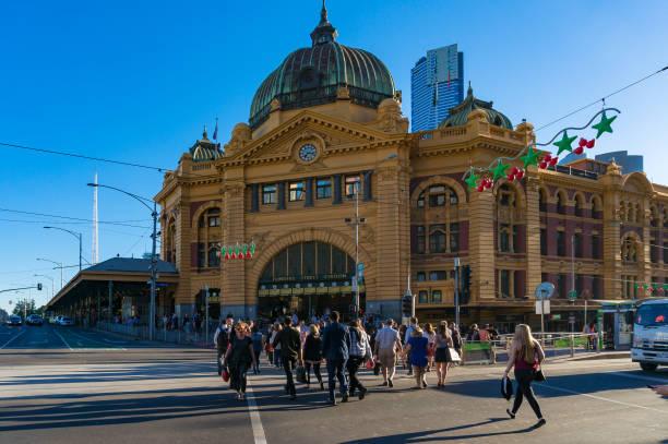Gare de Flinders street avec pedestians traversant la route - Photo