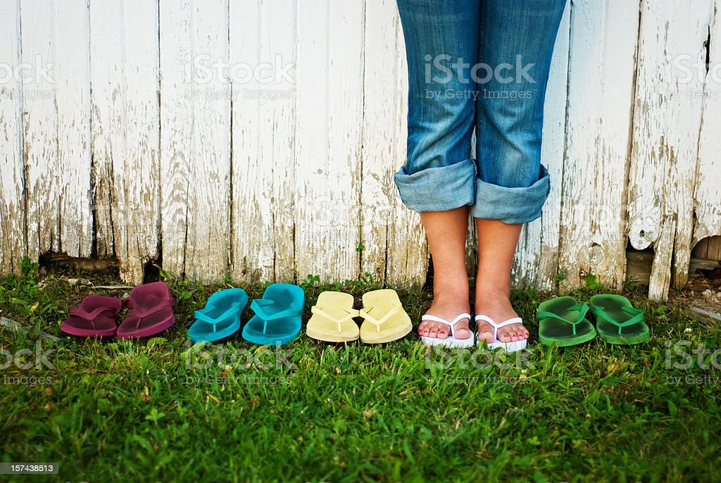 Flip Flop Sommer Teen Mädchen, stehend mit vielen Sandalen – Foto