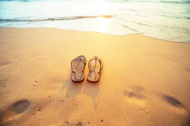 flip-flops am strand  - salzwasser sandalen stock-fotos und bilder