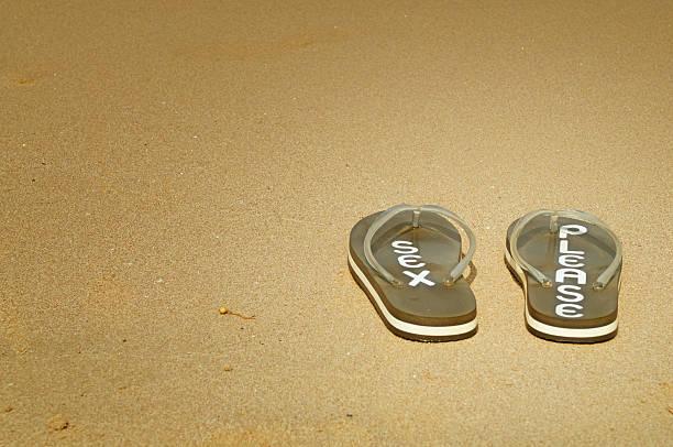 flip-flop für den strand - flitterwochen flip flops stock-fotos und bilder