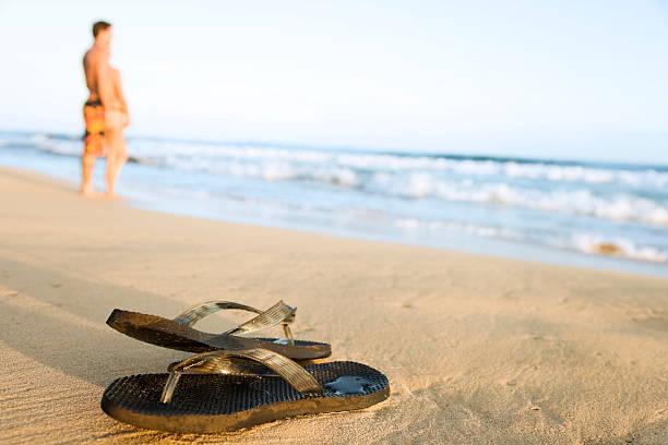 flip-flops am strand - flitterwochen flip flops stock-fotos und bilder