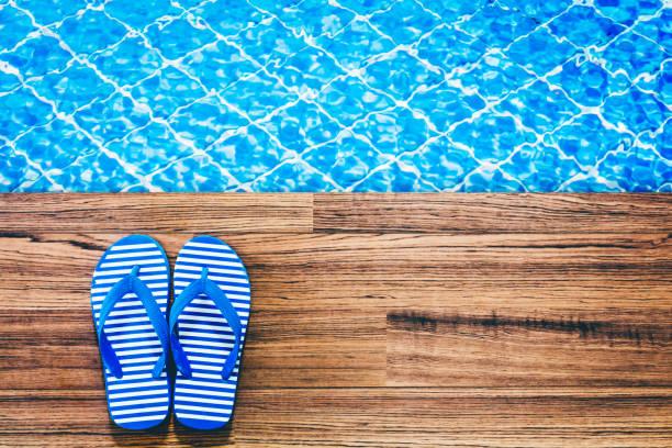 flip-flops am swimmingpool - flitterwochen flip flops stock-fotos und bilder