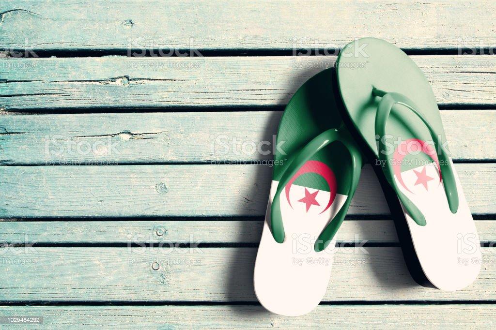 Chanclas con bandera argelina - foto de stock