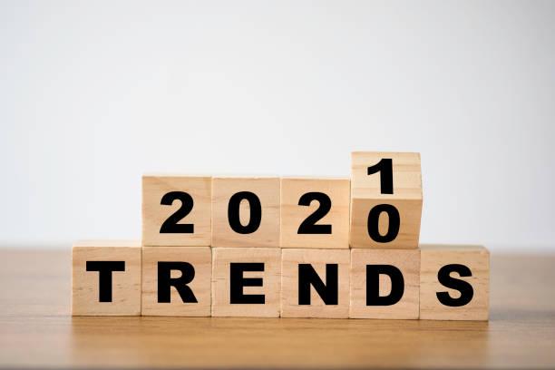 przerzucanie trendów na lata 2020-2021 na drewnianych kostkach blokowych. nowy pomysł moda na biznes popularne i istotne tematy. - kultura młodości zdjęcia i obrazy z banku zdjęć