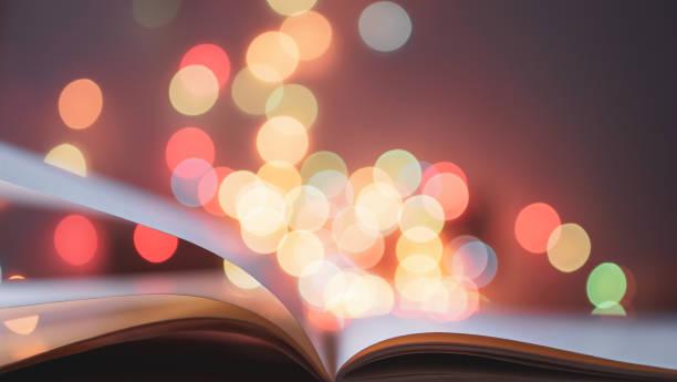 Flippen und Öffnen der Buchseite über buntes Licht verschwommenes Bokeh für Bildung, Lesen, Wissen, Fiktion, Märchenbegriff Hintergrund – Foto