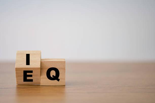 przerzucanie eq do iq, które drukują ekran na drewnianym bloku kostki. inteligentny pomysł i koncepcja inteligentnych emocji. - inteligencja zdjęcia i obrazy z banku zdjęć
