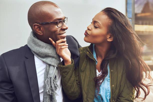 junge afroamerikanische frau flirten - schwarze romantik stock-fotos und bilder