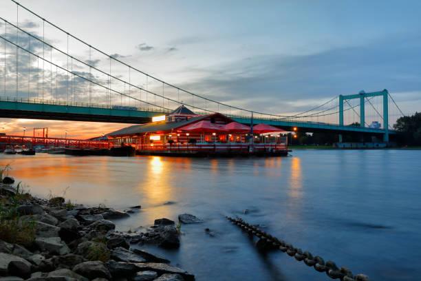 schwimmende bootshaus verankert in köln - restaurant köln stock-fotos und bilder