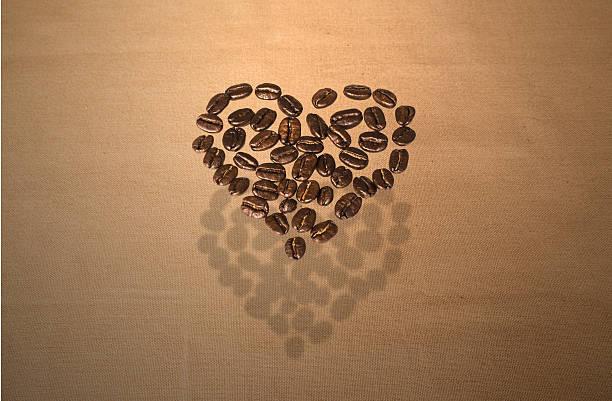 Schwimmende Kaffeebohne Herz – Foto