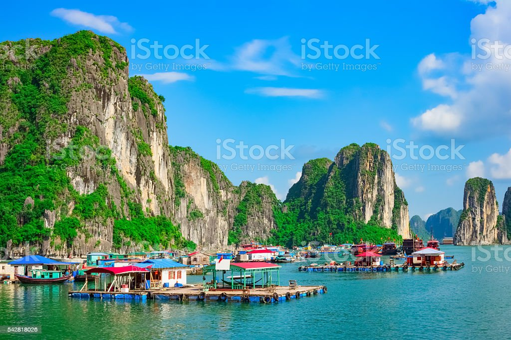Floating fishing village and rock islands in Halong Bay, Vietnam - foto de stock