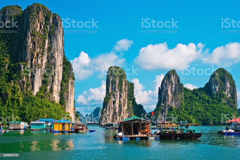 Flotante pueblo de pescadores en Bahía de Halong - foto de stock