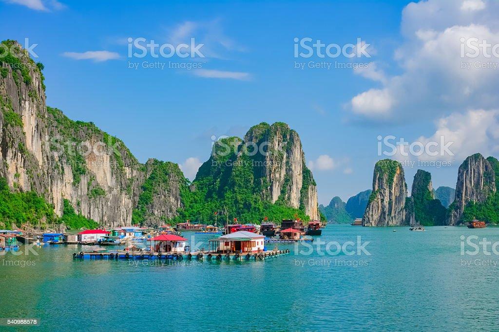Flotante pueblo de pescadores en Bahía de Halong, Vietnam - foto de stock