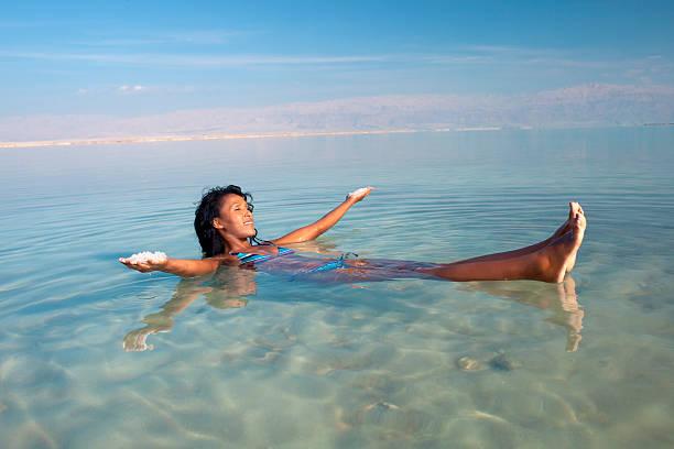 pływający w morze soli. - morze martwe zdjęcia i obrazy z banku zdjęć