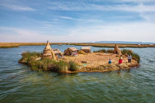 フローティング諸島後半のペルー プーノ チチカカ - チチカカ湖 ストックフォトと画像