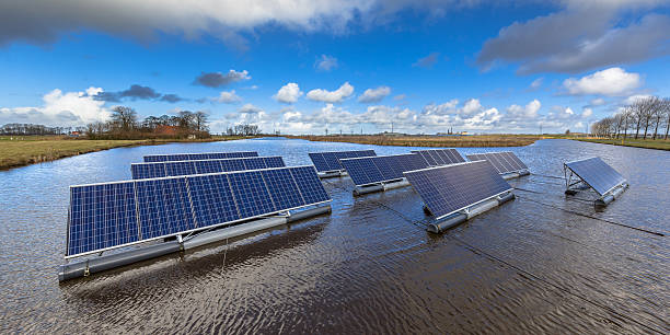 Floating solar farm Groups of Floating solar panels on unused water bodies can represent a serious alternative to ground mounted solar systems afloat stock pictures, royalty-free photos & images