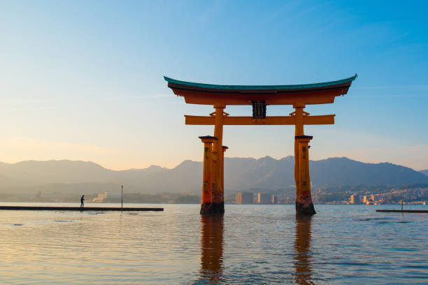 floating torii gate of itsukushima shrine - hiroshima zdjęcia i obrazy z banku zdjęć