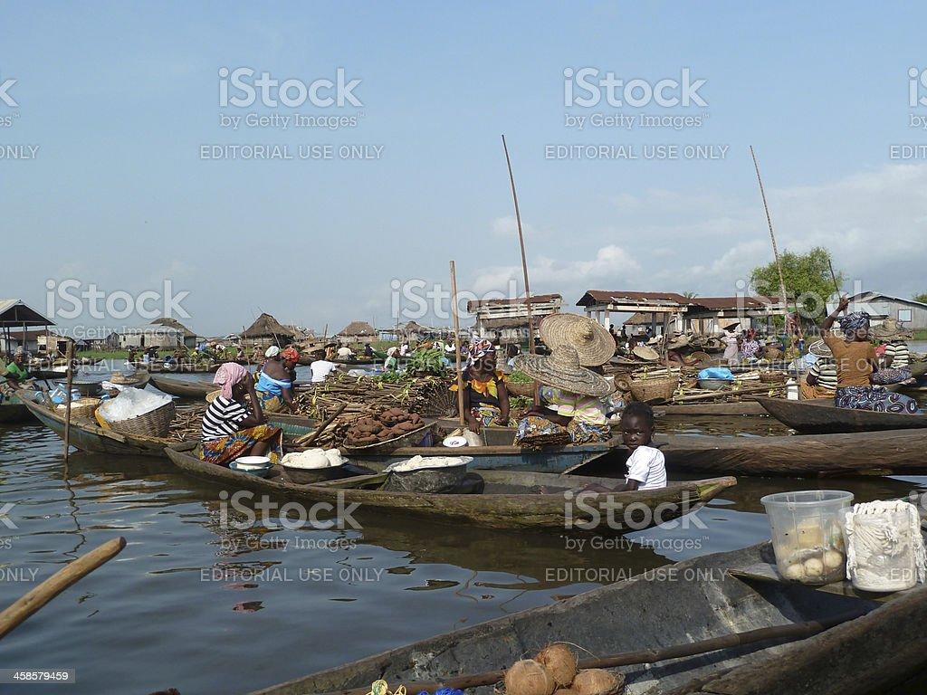 Aldeia flutuante de Ganvie em Benin, a África Ocidental - foto de acervo