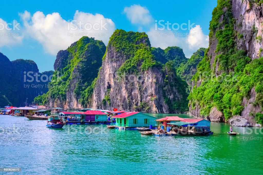Floating village, rock island, Halong Bay, Vietnam - foto de stock