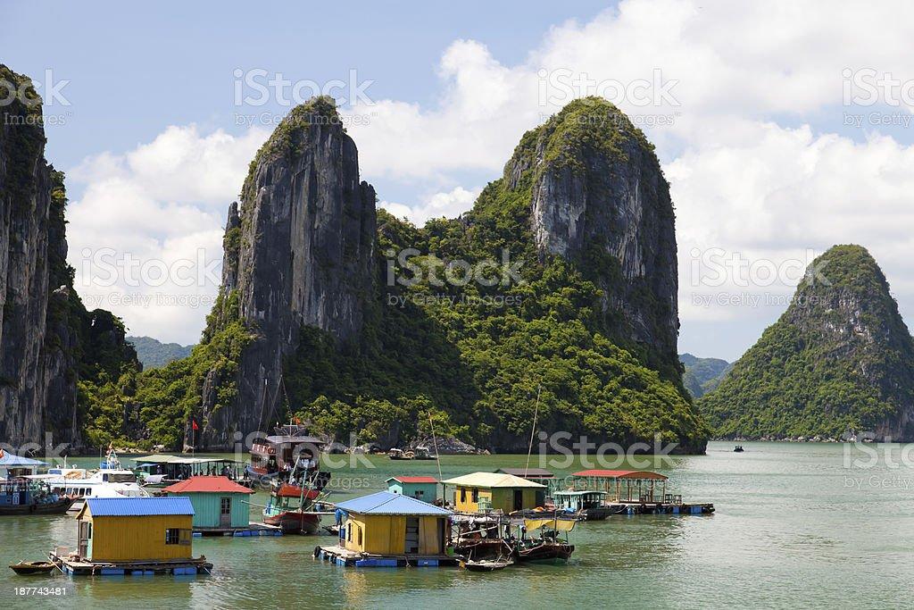 Flotante pueblo pesquero en la Bahía de Halong, Hanoi, Vietnam - foto de stock