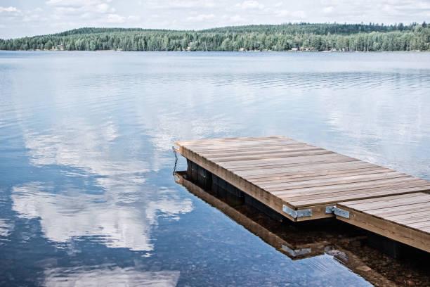 schwebende hölzerne Dock in See – Foto