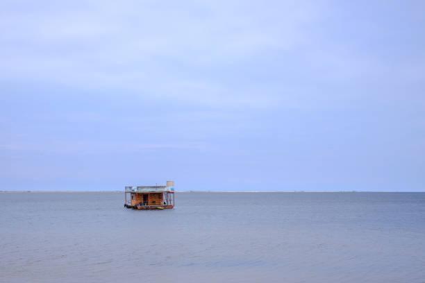 바다 또는 호수에 목조 주택 부동 스톡 사진