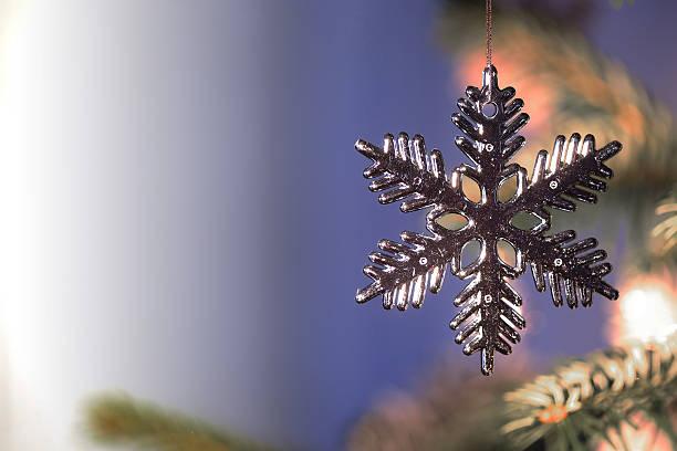 Flocon de neige sur un sapin de Noël Boules de Noël sapin noel stock pictures, royalty-free photos & images