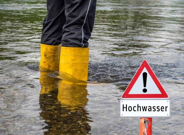 """flut zeichen deutsch """"hochwasser"""" - deutsche wetter stock-fotos und bilder"""