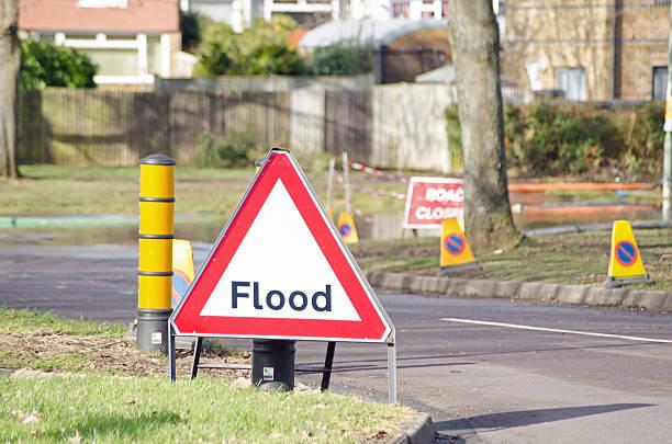 überschwemmung-schild - basingstoke town stock-fotos und bilder