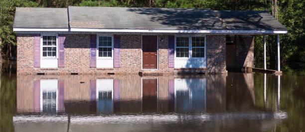 Hochwasser vom Hurrikan Florenz rund um ein Haus in North Carolina – Foto