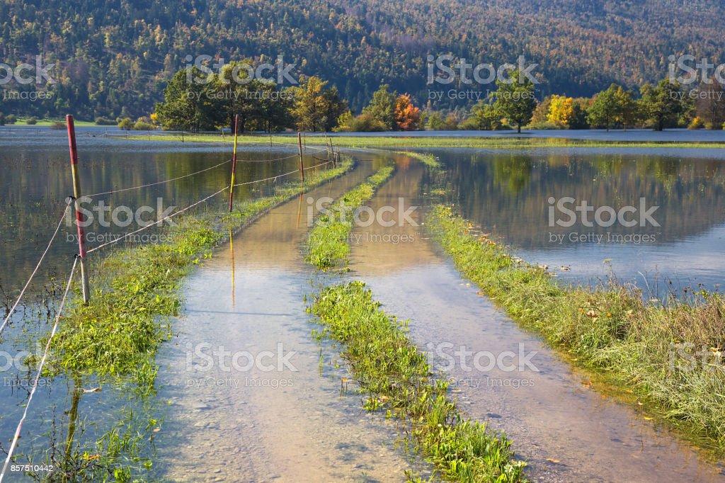 Planinsko ポリエスロベニアの氾濫の田舎道 - あふれるのストック ...