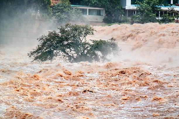 inondé de boue à l'eau. places. - desastre natural photos et images de collection