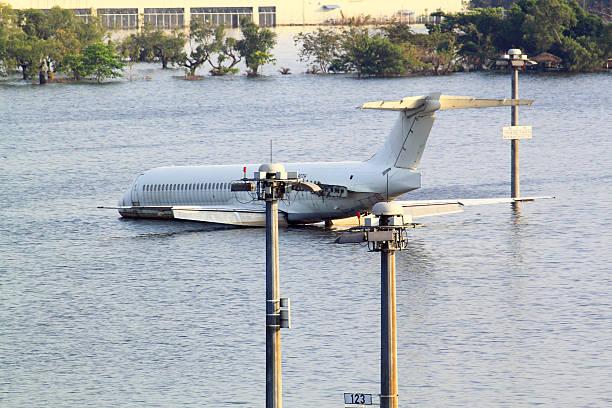 flooding airport - airport pickup stockfoto's en -beelden