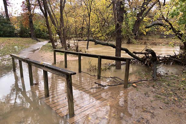 inondations creek de trottoir pont de la périphérie de dallas, au texas - 2015 photos et images de collection