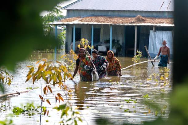 inundaciones devastan un tercio de bangladesh - ayuda humanitaria fotografías e imágenes de stock