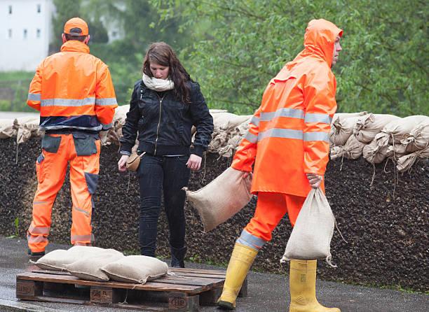 floodwater t - sandsäcke stock-fotos und bilder