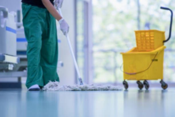 serviços de limpeza e cuidados de piso com esfregão de lavagem em fábrica estéril ou hospital limpo. - higiene - fotografias e filmes do acervo