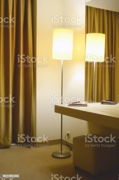 Lampa Podłogowa W Rogu Pokoju Hotelowego Lustro I Konsola Z Notebookiem I Długopisem - zdjęcia stockowe i więcej obrazów Architektura
