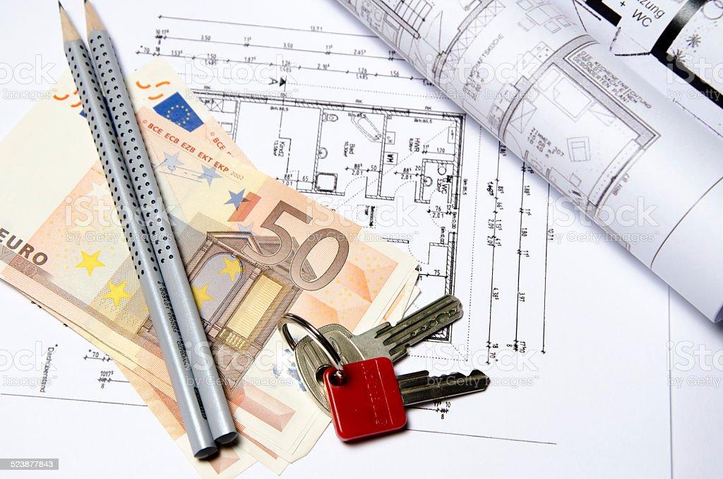Grundriss mit 50 Euro Scheinen, Bleistiften und eingerollten Plänen stock photo