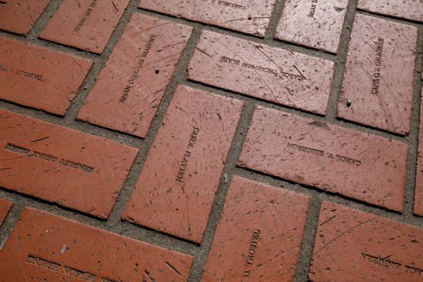 briques de sol rouge avec gravure des noms à pioneer courthouse square à portland - gravure à photos et images de collection