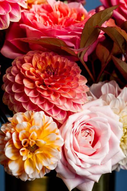Floral Zusammensetzung von Dahlienblüten, Rosen und Herbstblättern. – Foto