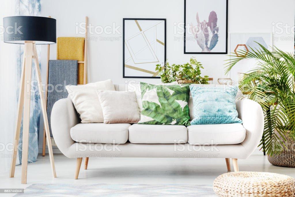 Florale Kissen Auf Beige Sofa Stockfoto Und Mehr Bilder Von