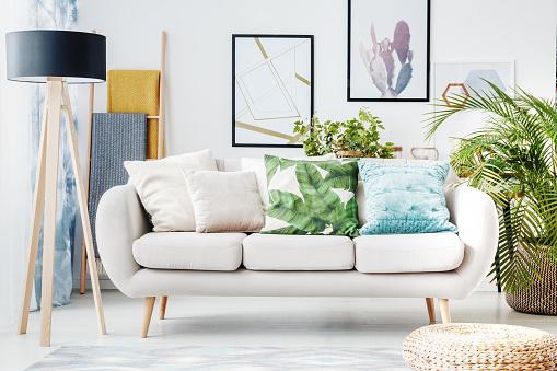 Florale Kissen Auf Beige Sofa Stockfoto und mehr Bilder von Behaglich