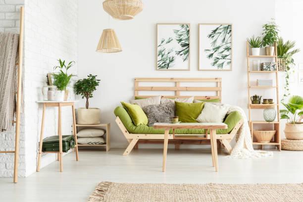 floral wohnzimmer mit sofa - naturholzmöbel stock-fotos und bilder