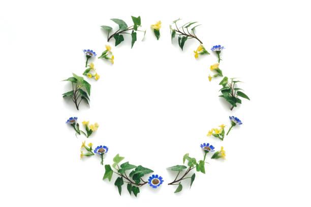白い背景の上の花の花輪 - リース ストックフォトと画像