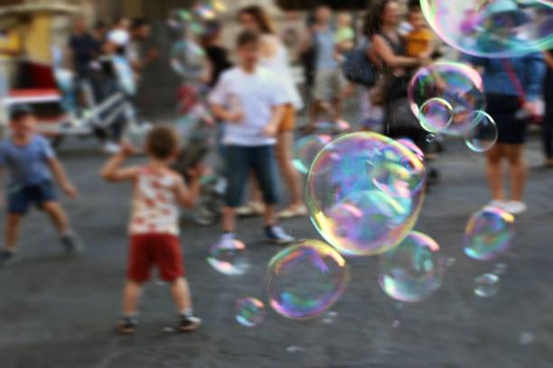 31.05.2017., Florenz, Italien; Kinder laufen nach Seifenblasen auf dem Altstädter Ring – Foto