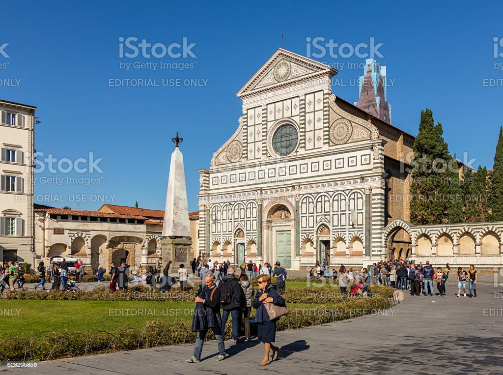 Florence, Italy. Facade of Santa Maria Novella, with tourists - foto stock