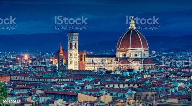 Florence or firenze at dusk italy picture id991199612?b=1&k=6&m=991199612&s=612x612&h=vgvrk1je2rgyewio8jfgxgfhyuypsb2p2eusfircp2i=