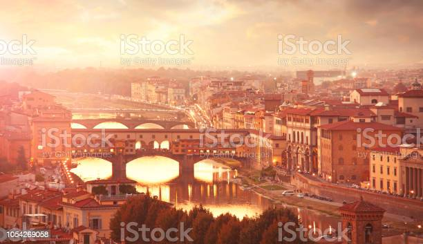 Florence with the ponte vecchio and arno river picture id1054269058?b=1&k=6&m=1054269058&s=612x612&h=ei0ttsca2d193k92kakgjjwdk8ykkbrcgqqkluaujok=